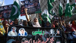 Demonstrators shout slogans during a protest against India in Karachi on August 22, 2019, as they condemn India's decision to strip the disputed Kashmir region of its special autonomy and impose a lockdown two weeks ago. - Pressure is mounting on Pakistan to contain militants itching for a fight with arch-nemesis India amid growing calls for action in its escalating dispute with New Delhi over Kashmir