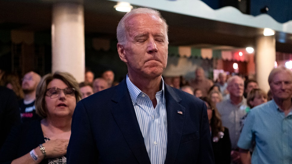 2020 Democratic presidential hopeful former Vice President Joe Biden stands for the National Anthem at the Wing Ding Dinner on August 9, 2019 in Clear Lake, Iowa. - The dinner has become a must attend for Democratic presidential hopefuls ahead of the of Iowa Caucus.