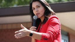 Tulsi Gabbard (D-HI) delivers a 20-minute campaign speech at the Des Moines Register Political Soapbox
