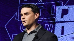 Conservative political commentator, writer and lawyer Ben Shapiro waves to the crowd as he arrives to speak at the 2018 Politicon in Los Angeles, California on October 21, 2018. - The two day event covers all things political with dozens of high profile political figures. (Photo by Mark RALSTON / AFP)