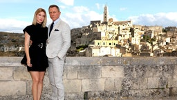 "Actress Léa Seydoux and actor Daniel Craig pose as they arrive on set of the James Bond last movie ""No Time To Die"" on September 09, 2019 in Matera, Italy. (Photo by Franco Origlia/Getty Images)"