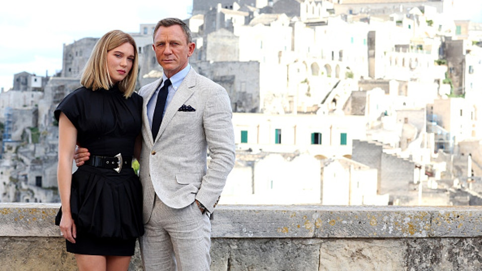 """MATERA, ITALY - SEPTEMBER 09: Actress Léa Seydoux and actor Daniel Craig pose as they arrive on set of the James Bond last movie """"No Time To Die"""" on September 09, 2019 in Matera, Italy."""
