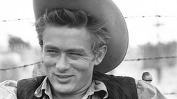"""MARFA, TX - OCTOBER 1955: Actor James Dean on the set of the movie """"Giant"""" in October 1955 in Marfa, Texas."""
