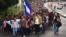 Honduran migrants take part in a caravan towards the United States in Chiquimula, Guatemala on October 17, 2018. - A migrant caravan set out on October 13 from the impoverished, violence-plagued country and was headed north on the long journey through Guatemala and Mexico to the US border.
