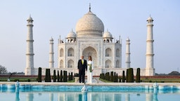 US President Donald Trump and First Lady Melania Trump pose as they visit the Taj Mahal in Agra on February 24, 2020. (Photo by Mandel NGAN / AFP) (Photo by
