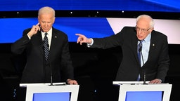 Democratic presidential hopefuls former Vice President Joe Biden and Vermont Senator Bernie Sanders particiapate of the seventh Democratic primary debate of the 2020 presidential campaign season co-hosted by CNN and the Des Moines Register at the Drake University campus in Des Moines, Iowa on January 14, 2020. (Photo by Robyn Beck / AFP)