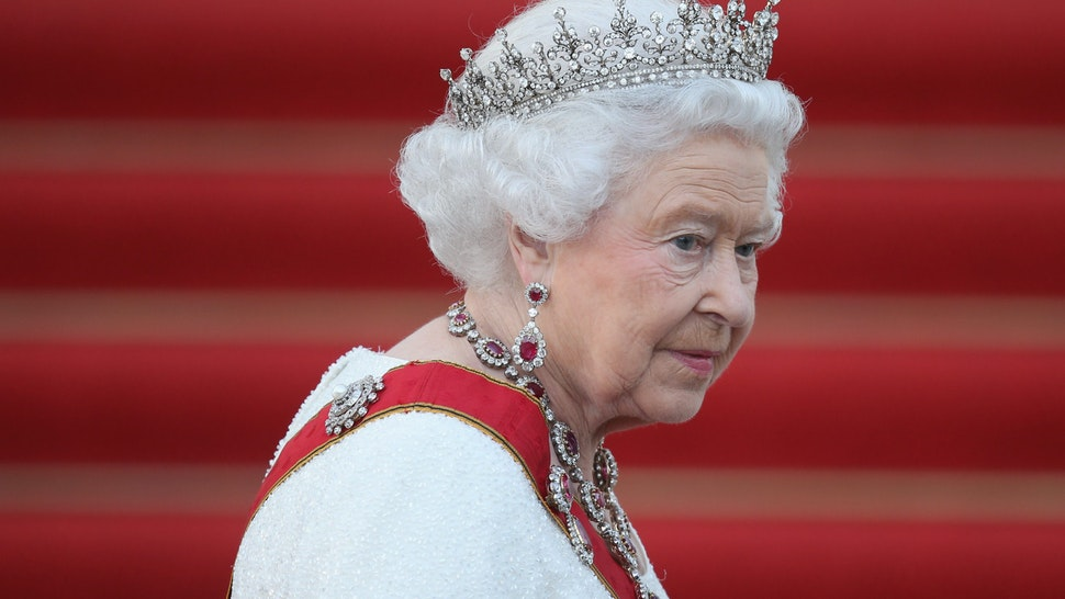 BERLIN, GERMANY - JUNE 24: Queen Elizabeth II arrives for the state banquet in her honour at Schloss Bellevue palace on the second of the royal couple's four-day visit to Germany on June 24, 2015 in Berlin, Germany. The Queen and Prince Philip are scheduled to visit Berlin, Frankfurt and the concentration camp memorial at Bergen-Belsen during their trip, which is their first to Germany since 2004. (Photo by Sean Gallup/Getty Images)