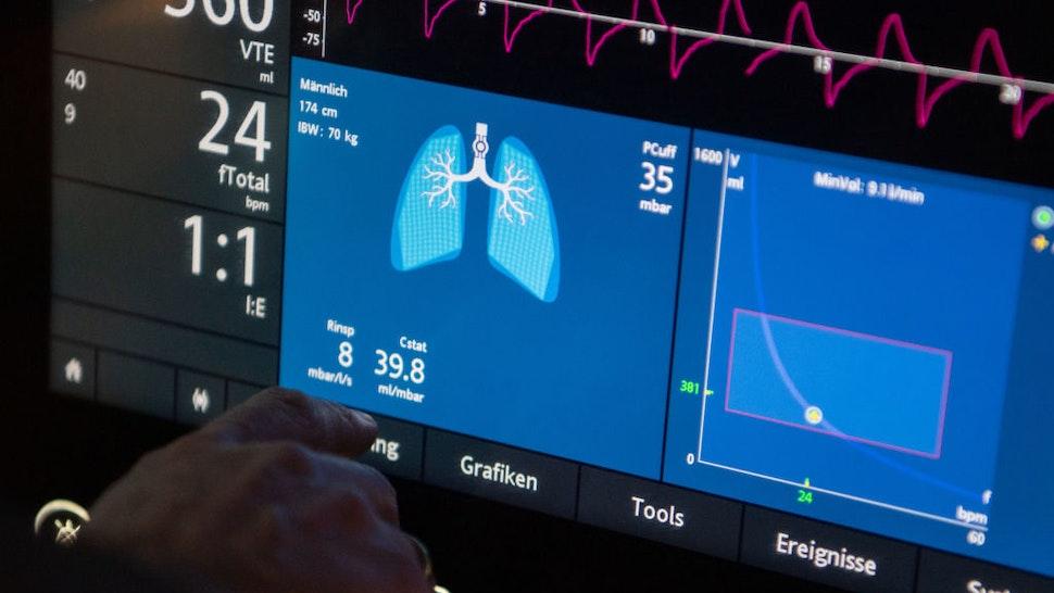 20 January 2020, Baden-Wuerttemberg, ---: A doctor operates a ventilator in an intensive care unit. Photo: Marijan Murat/dpa (