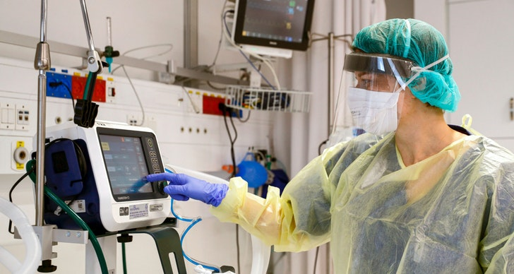 This picture taken on March 16, 2020 during a press presentation of the hospitalisation service for future patients with coronavirus at Samson Assuta Ashdod University Hospital in the southern Israeli city of Ashdod, shows the director of the epidemics service Dr Karina Glick checking a medical ventilator control panel at a ward, while wearing protective clothing.