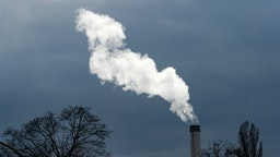 31 March 2020, Berlin: Smoke rises into the sky from a chimney of the Klingenberg combined heat and power plant in the Berlin district of Rummelsburg. Photo: Jens Kalaene/dpa-Zentralbild/ZB (Photo by Jens Kalaene/picture alliance via Getty Images)