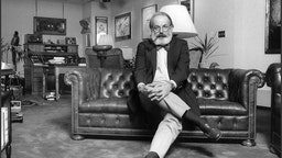 Portrait of Van Gordon Sauter, former president of CBS News, seated in his CBS office, New York, 1985. He is smoking a pipe and wears a bow-tie. (Photo by Oliver Morris/Getty Images)