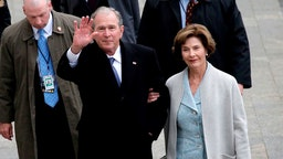 WASHINGTON, DC - JANUARY 20: Former U.S. President of the United States George W. Bush and wife Laura Bush arrive near the east front steps of the Capitol Building before President-elect Donald Trump is sworn in at the 58th Presidential Inauguration on Capitol Hill on January 20, 2017 in Washington, D.C. In today's inauguration ceremony Donald J. Trump becomes the 45th president of the United States. (Photo by