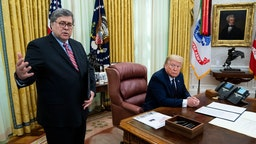 NYTVIRUS -President Donald Trump with Attorney General William Barr, make remarks before signsing an executive order in the Oval Office that will punish Facebook, Google and Twitter for the way they police content online, Thursday, May 28, 2020. ( Photo by Doug Mills/The New York Times)