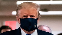 US President Donald Trump wears a mask as he visits Walter Reed National Military Medical Center in Bethesda, Maryland' on July 11, 2020. (Photo by ALEX EDELMAN / AFP) (Photo by