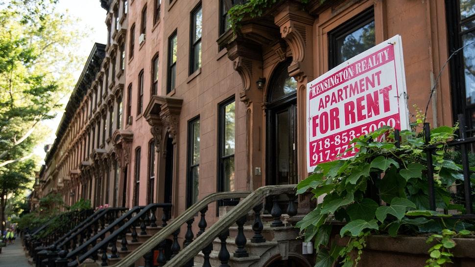 Nova York, NY - 24 de junho: Um sinal anuncia um apartamento para alugar ao longo de uma fileira de casas de brownstone no bairro de Fort Greene em 24 de junho de 2016 no bairro do Brooklyn, em Nova York.  De acordo com uma pesquisa divulgada na quinta-feira pela imobiliária RealtyTrac, o Brooklyn foi classificado como o lugar mais inacessível para se viver nos Estados Unidos.  (Foto de Drew Angerer / Getty Images)