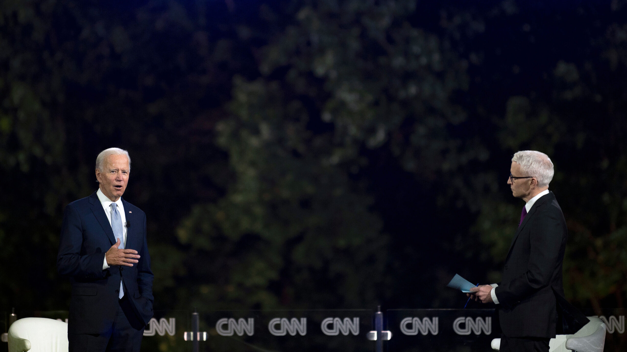 Ứng cử viên tổng thống đảng Dân chủ Joe Biden (trái) phát biểu cùng với nhà báo Anderson Cooper, trong cuộc họp tại Tòa thị chính ở Scranton, Pennsylvania, vào ngày 17 tháng 9 năm 2020. JIM WATSON / AFP qua Getty Images