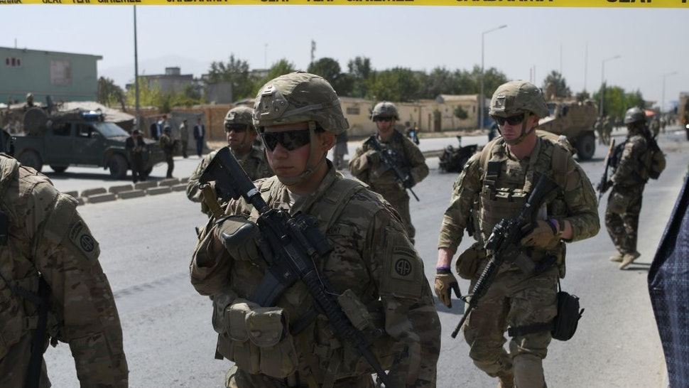 US soldiers arrives at the site of a car bomb attack that targeted a NATO coalition convoy in Kabul on September 24, 2017.