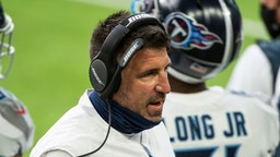 MINNEAPOLIS, MN - SEPTEMBER 27: Tennessee Titans head coach Mike Vrabel speaks with his players on the sidelines in the second quarter of the game against the Minnesota Vikings at U.S. Bank Stadium on September 27, 2020 in Minneapolis, Minnesota. (Photo b