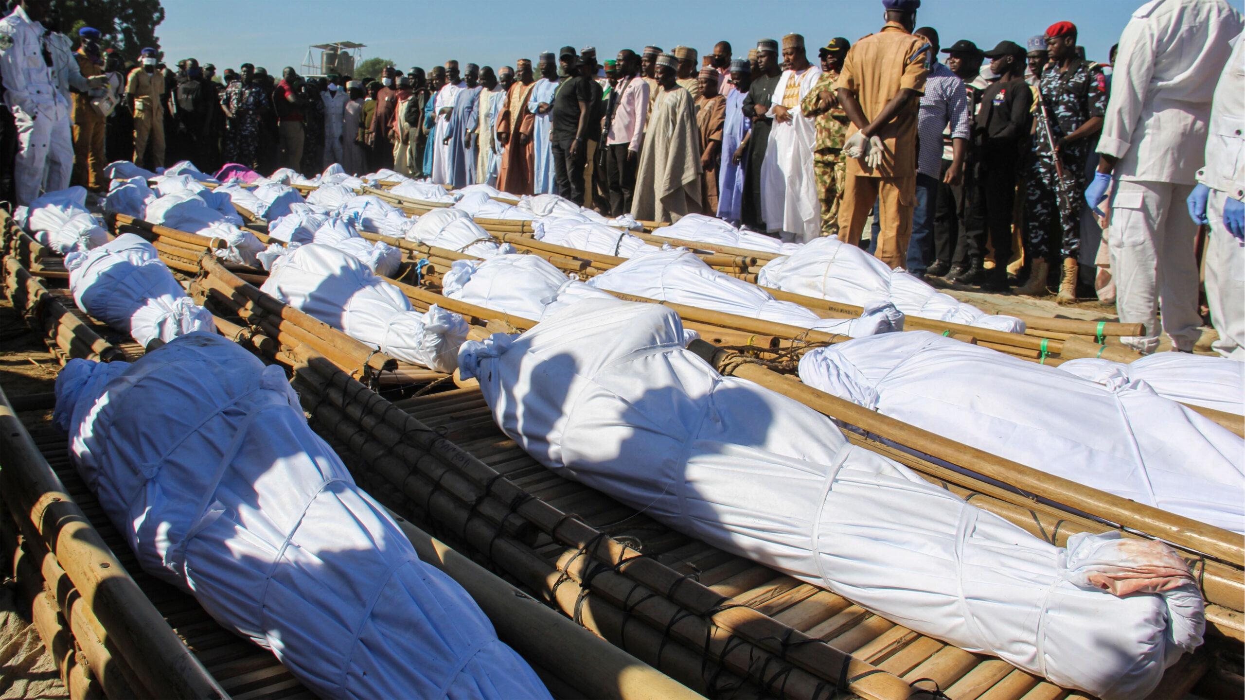 Những người đưa tang tham dự tang lễ của 43 công nhân nông trường ở Zabarmari, cách Maiduguri, Nigeria, khoảng 20 km, vào ngày 29 tháng 11 năm 2020 sau khi họ bị giết bởi các chiến binh Boko Haram trên cánh đồng lúa gần làng Koshobe vào ngày 28 tháng 11 n