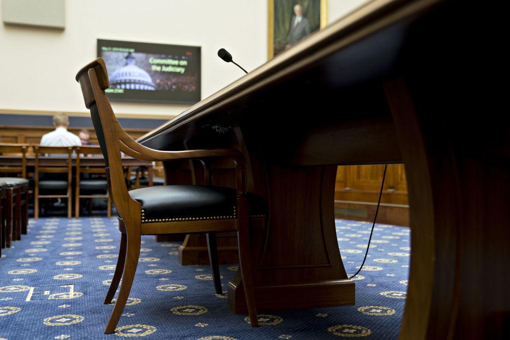 Một chiếc ghế trống đặt tại bàn nhân chứng trước phiên điều trần của Ủy ban Tư pháp Hạ viện về việc giám sát báo cáo của Công tố viên đặc biệt Robert Mueller tại Washington, DC, Hoa Kỳ, vào Thứ Ba, ngày 21 tháng 5 năm 2019. Andrew Harrer / Bloomberg qua G