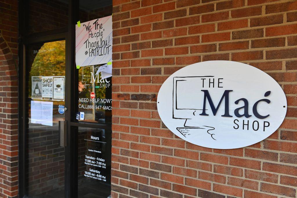 """Quang cảnh bên ngoài của """"The Mac Shop"""" ở Wilmington, Delaware được nhìn thấy vào ngày 21 tháng 10 năm 2020. Angela Weiss / AFP qua Getty Images"""