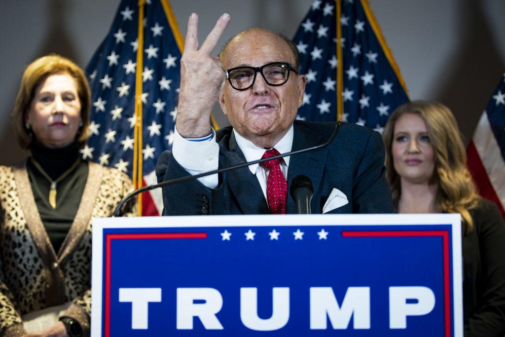 Rudy Giuliani, luật sư riêng của Tổng thống Mỹ Donald Trump, phát biểu trong một cuộc họp báo tại trụ sở Ủy ban Quốc gia Đảng Cộng hòa ở Washington, D.C., Hoa Kỳ, vào thứ Năm, ngày 19 tháng 11 năm 2020. Al Drago / Bloomberg qua Getty Images