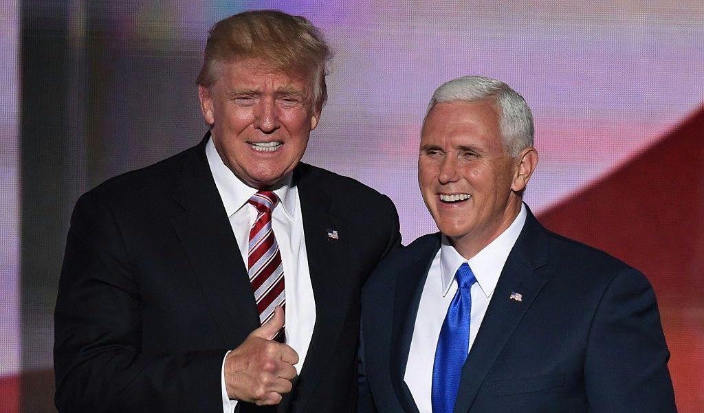 Ứng cử viên tổng thống của Đảng Cộng hòa Donald Trump (trái) cùng với ứng cử viên phó tổng thống Mike Pence vào cuối ngày thứ ba của Đại hội toàn quốc của Đảng Cộng hòa tại Quicken Loans Arena ở Cleveland, Ohio vào ngày 20 tháng 7 năm 2016 ( @ TIMOTHY A.