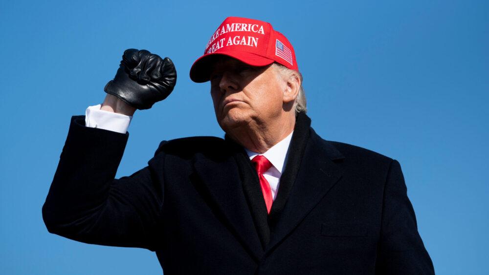 Tổng thống Hoa Kỳ Donald Trump rời đi sau khi phát biểu trong cuộc biểu tình Làm cho nước Mỹ vĩ đại trở lại tại Sân bay khu vực Fayetteville ngày 2 tháng 11 năm 2020, ở Fayetteville, Bắc Carolina. BRENDAN SMIALOWSKI / AFP qua Getty Images