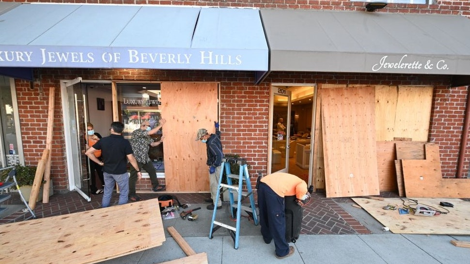 A jewelry store in Beverly Hills is being boarded up in anticipation of violence as a result of the upcoming U.S. presidential election, October 30, 2020 in Beverly Hills, California. - Amid one of the most contentious presidential elections in recent memory, business owners in the world-renowned high-end shopping area were encouraged to protect their businesses from possible protests or violence. (Photo by Robyn Beck / AFP) (Photo by