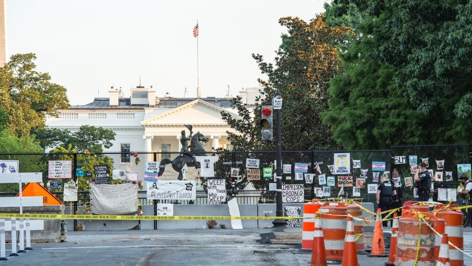 10 August 2020, US, Washington: Police officers are securing the streets around the locked White House after shots are fired. Because of the shots, US President Donald Trump had left a press conference in his official residence for a few minutes. Photo: Andrej Sokolow/dpa (Photo by