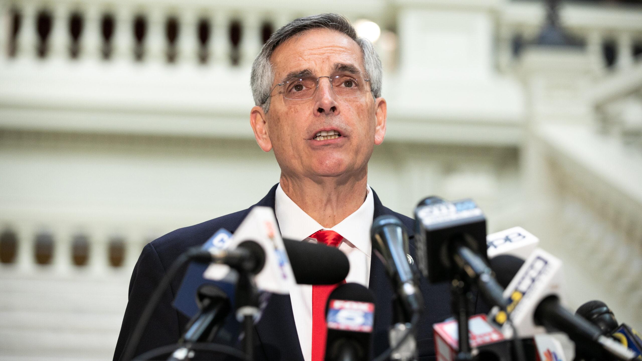 TTK Georgia Ben Raffensperger tổ chức họp báo về tình hình kiểm phiếu vào ngày 6 tháng 11 năm 2020 tại Atlanta, Georgia. Jessica McGowan / Getty