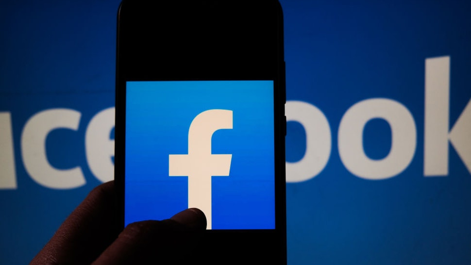 POLAND - 2020/11/08: In this photo illustration a Facebook logo is seen displayed on a smartphone. (Photo Illustration by Omar Marques/SOPA Images/LightRocket via Getty Images)