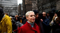 Actress Rose McGowan arrives for a press conference, after Harvey Weinstein arrived at State Supreme Court in Manhattan January 6, 2020 on the first day of his criminal trial on charges of rape and sexual assault in New York City. - Harvey Weinstein's high-profile sex crimes trial opens on Monday, more than two years after a slew of allegations against the once-mighty Hollywood producer triggered the #MeToo movement that led to the downfall of dozens of powerful men. The disgraced movie mogul faces life in prison if convicted in a New York state court of predatory sexual assault charges, in a trial expected to last six weeks.