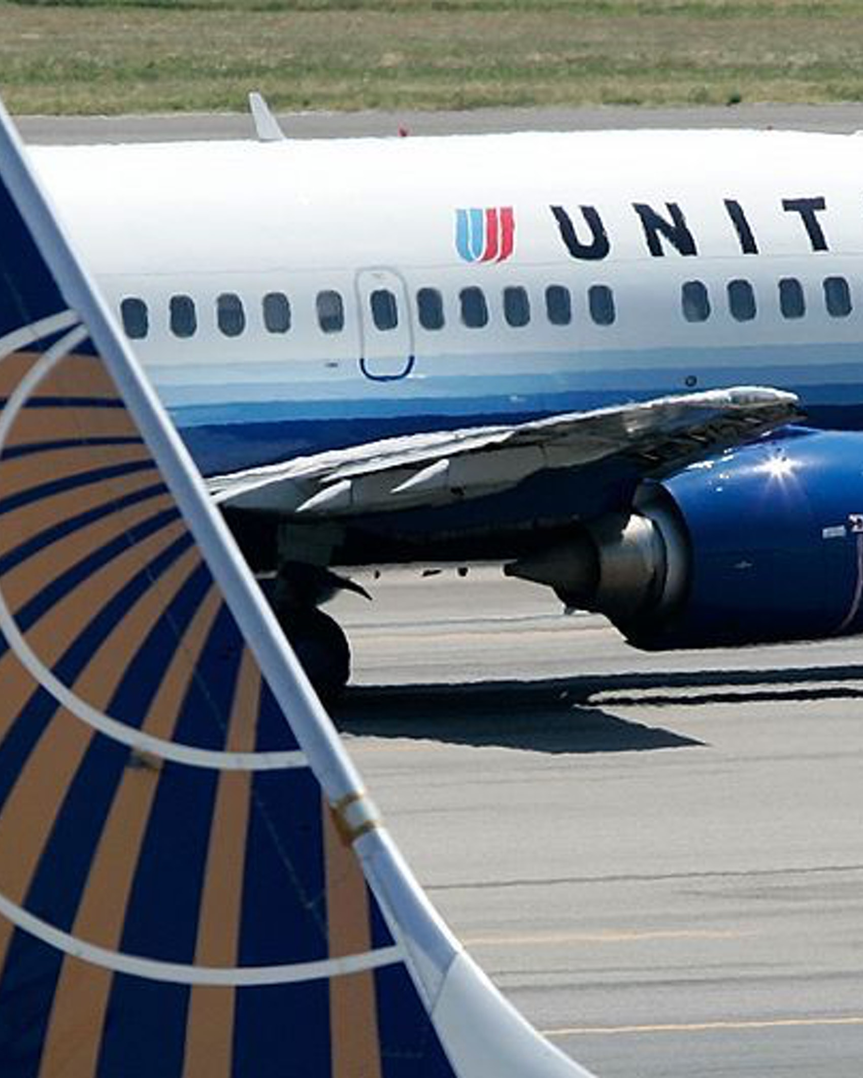 A United Airlines aircraft passes by a Continental Airlines aircraft as it taxis to takeoff from the runway of Ronald Reagan National Airport August 16, 2006 in Washington, DC. (Photo by Alex Wong/Getty Images)
