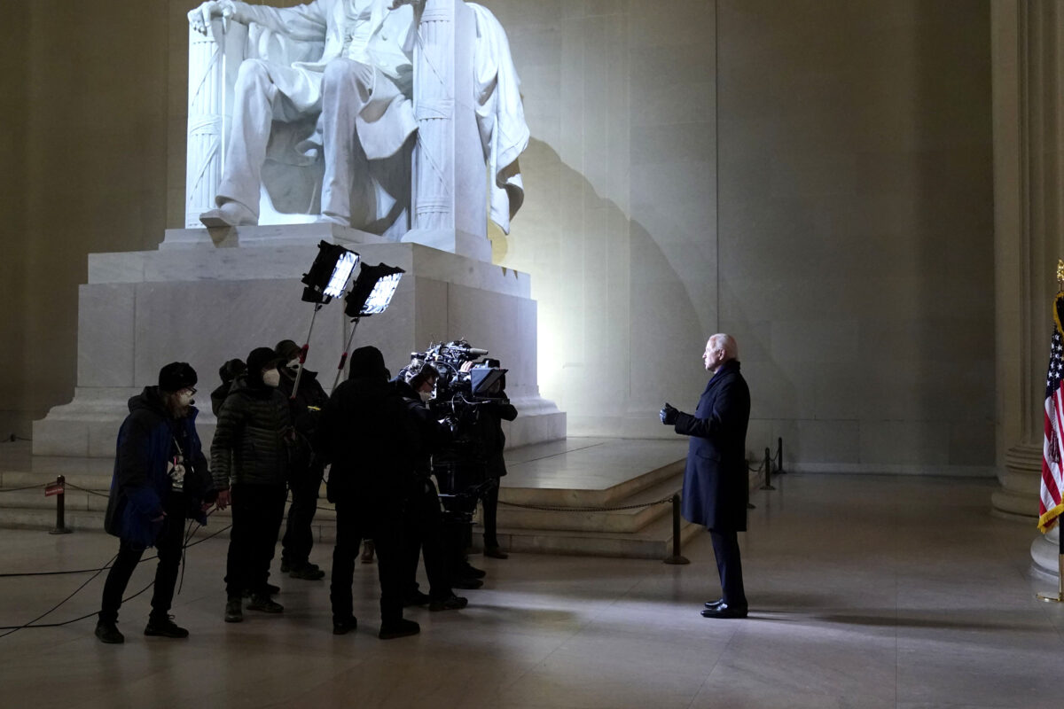Biden Does Not Wear Mask At Lincoln Memorial After Signing ...