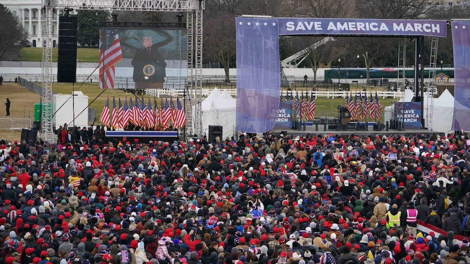 People gather as US President Donald Trump(C) speaks to supporters from The Ellipse near the White House on January 6, 2021, in Washington, DC. - Thousands of Trump supporters, fueled by his spurious claims of voter fraud, are flooding the nation's capital protesting the expected certification of Joe Biden's White House victory by the US Congress. (Photo by MANDEL NGAN / AFP) (Photo by