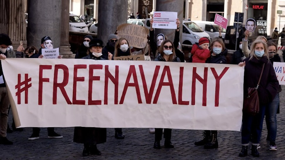 ROME, ITALY - JANUARY 23: Supporters of Russian opposition politician Alexei Navalny gather to protest for his release from prison on January 23, 2021 in Rome, Italy. Earlier this week, Kremlin-critic Alexei Navalny called for supporters to protest after he was remanded to pre-trial detention for 30 days. His arrest came one day after his return to Russia, following his poisoning with a nerve agent last summer. (Photo by Stefano Montesi - Corbis/Corbis via Getty Images)