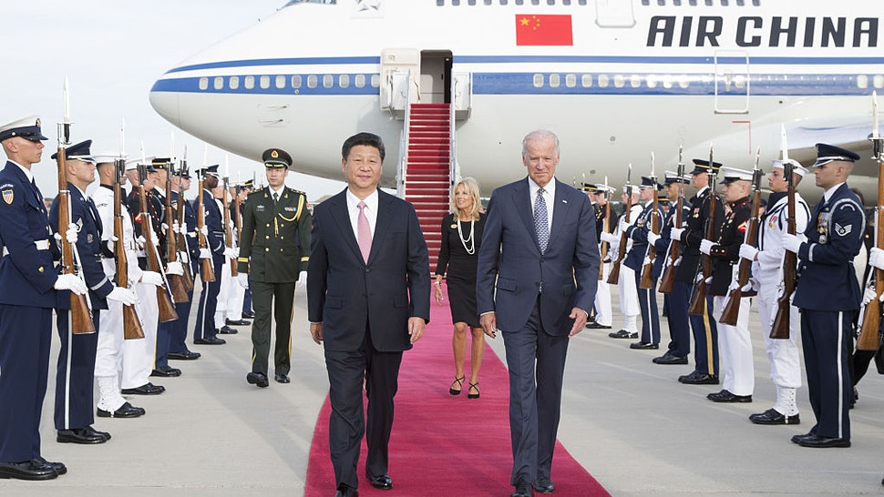 Chinese President Xi Jinping and his wife Peng Liyuan are welcomed by U.S. Vice President Joe Biden and his wife at Andrews Air Force Base in Washington D.C., the United States, Sept. 24, 2015. Xi arrived here Thursday to meet with his U.S. counterpart Barack Obama and other U.S. political leaders as part of his first state visit to the United States.