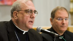 Baltimore, UNITED STATES: Archbishop of Kansas City, Kansas Josep Naumann (L) speaks at a press conference during a break from the fall meetings of the United States Conference of Catholic Bishops (USCCB) 13 November, 2006 in Baltimore, Maryland. The group of bishops from around the United States will discuss and vote on issues of interest to the Catholic Church. AFP PHOTO/Brendan SMIALOWSKI