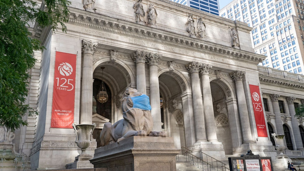 NEW YORK, UNITED STATES - 2020/07/13: An exterior view of New York Public Library on Fifth Ave in New York. The New York Public Library's stone lions Patience and Fortitude have donned face masks to remind New Yorkers to wear face coverings during the COVID-19 pandemic. (Photo by Ron Adar/SOPA Images/LightRocket via Getty Images)