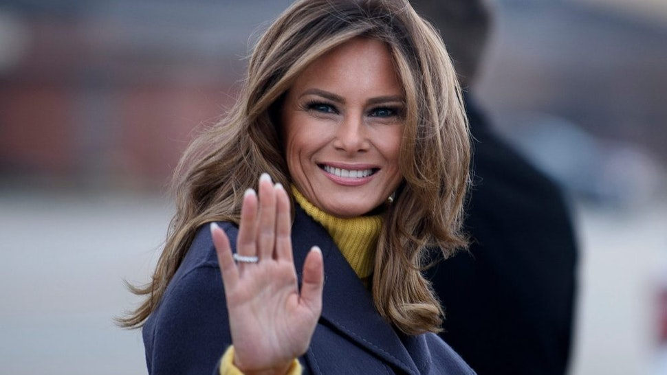 """TOPSHOT - US First Lady Melania Trump boards a plane at Andrews Air Force Base for a three state overnight trip March 4, 2019 in Maryland. - The First Lady travels to Oklahoma, Washington, and Nevada as part of her """"Be Best"""" tour."""