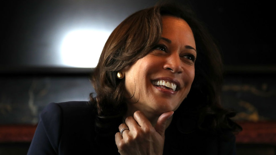 """SIOUX CITY, IOWA - AUGUST 09: Democratic presidential hopeful U.S. Sen. Kamala Harris (C) (D-CA) rides on her campaign bus to a campaign event in Storm Lake on August 09, 2019 in Sioux City, Iowa. Kamala Harris is on a five day river-to-river bus tour across Iowa promoting her """"3AM Agenda"""" to Iowans. (Photo by Justin Sullivan/Getty Images)"""