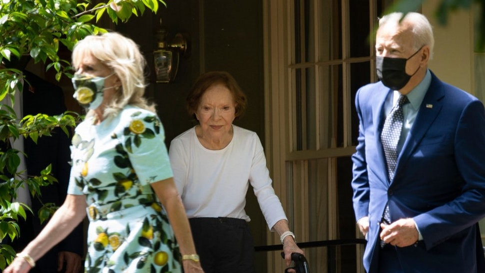 Former First Lady Rosalynn Carter (C) walks US President Joe Biden and US first lady Dr. Jill Biden out after they after visited former US President Jimmy Carter, April 29, 2021, in Plains, Georgia. (Photo by Brendan Smialowski / AFP) (Photo by