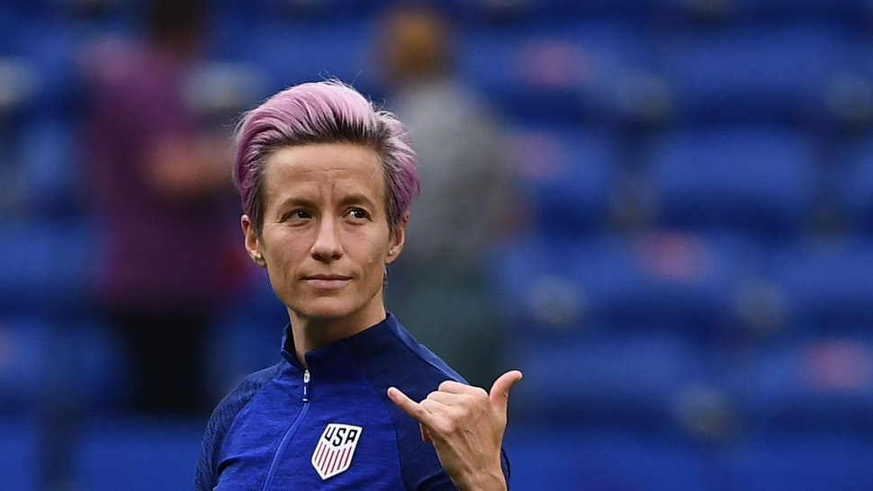 TOPSHOT - United States' forward Megan Rapinoe gestures as she walks around the pitch prior to the France 2019 Women's World Cup semi-final football match between England and USA, on July 2, 2019, at the Lyon Satdium in Decines-Charpieu, central-eastern France. (Photo by FRANCK FIFE / AFP) (Photo credit should read FRANCK FIFE/AFP via Getty Images)