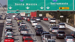 Los Angeles, UNITED STATES: Cars congest the 10 Highway in Los Angeles 17 October 2006. The office of California Attorney General Bill Lockyer announced 20 September 2006 that it has filed civil suits against six top US and Japanese automakers for their alleged contribution to global warming, the first such legal fight in the United States. AFP PHOTO/Gabriel BOUYS