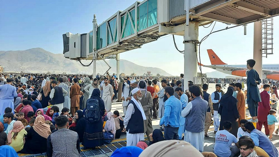 TOPSHOT - Afghans crowd at the tarmac of the Kabul airport on August 16, 2021, to flee the country as the Taliban were in control of Afghanistan after President Ashraf Ghani fled the country and conceded the insurgents had won the 20-year war.